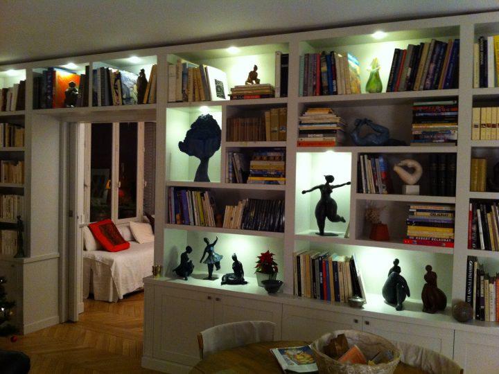 La bibliothèque terminée avec son système d'éclairage