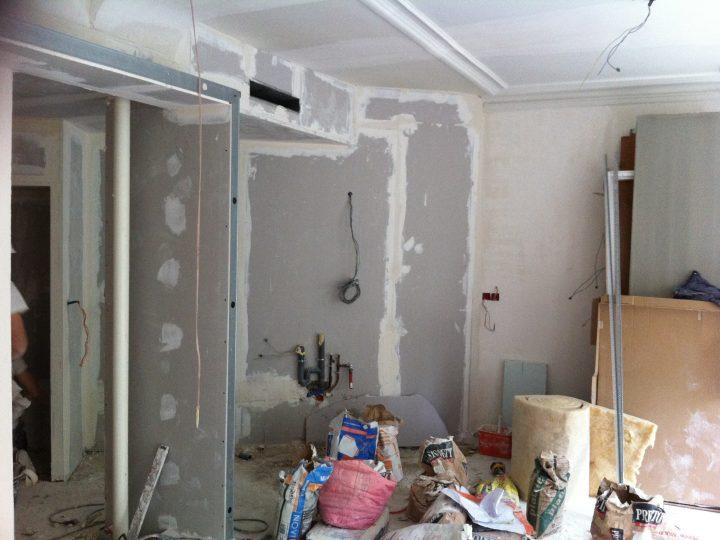Création d'une cuisine moderne avec un mur à 45°