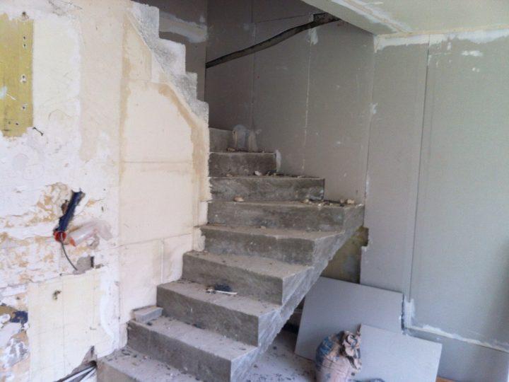 Création de l'escalier en béton après percement de la trémie