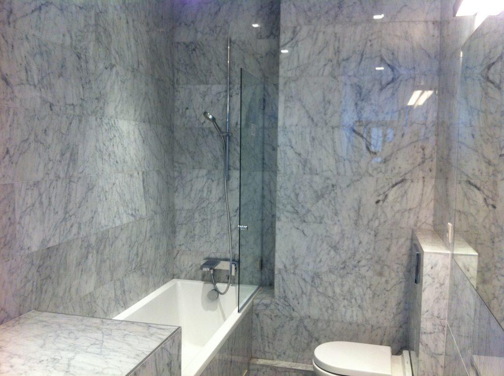 Salle de bains entièrement carrelée