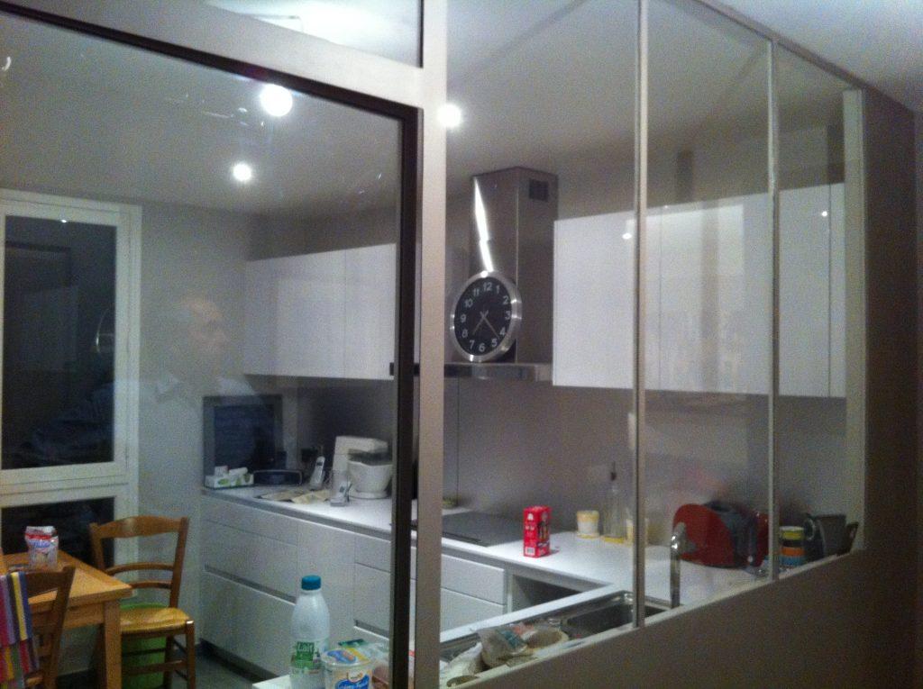 Création d'une verrière métallique blanche pour la cuisine