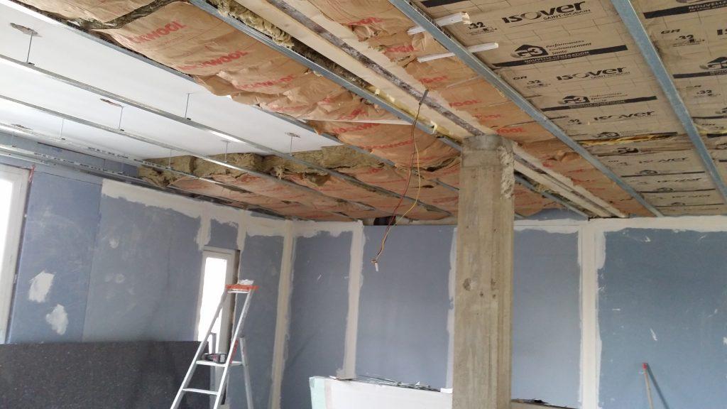 Isolation phonique et thermique du plafond en laine de verre