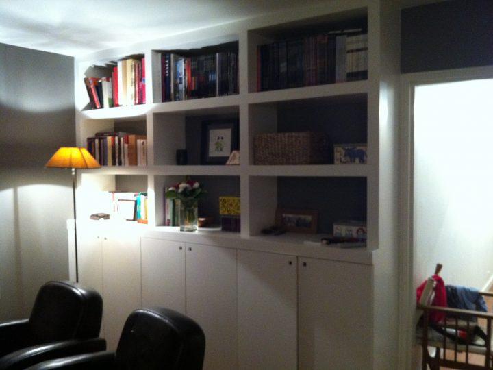 Bibliothèque sur-mesure pour un bureau