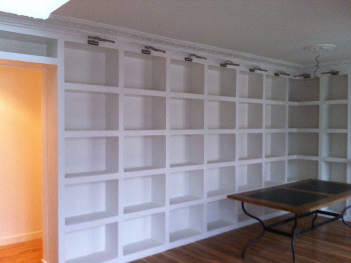 Bibliothèque sur-mesure pour un grand bureau