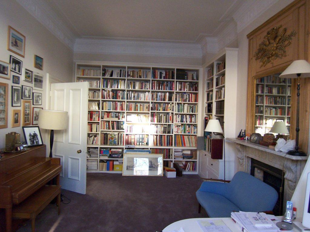 Rénovation de la peinture d'une bibliothèque