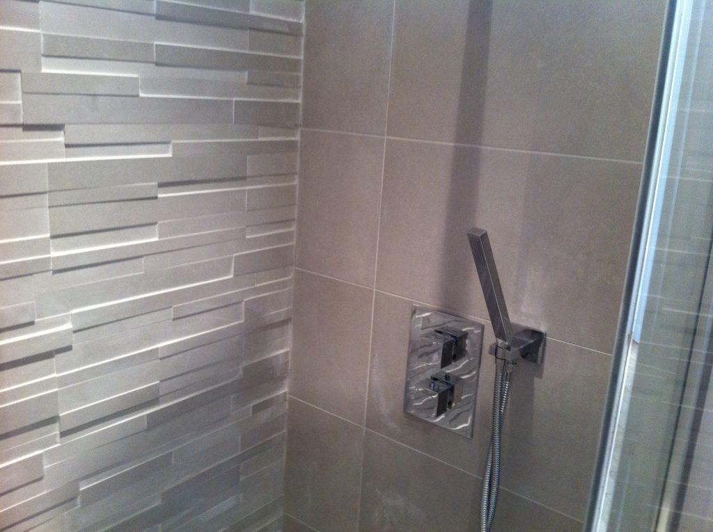 Receveur de douche avec robinetterie encastrée