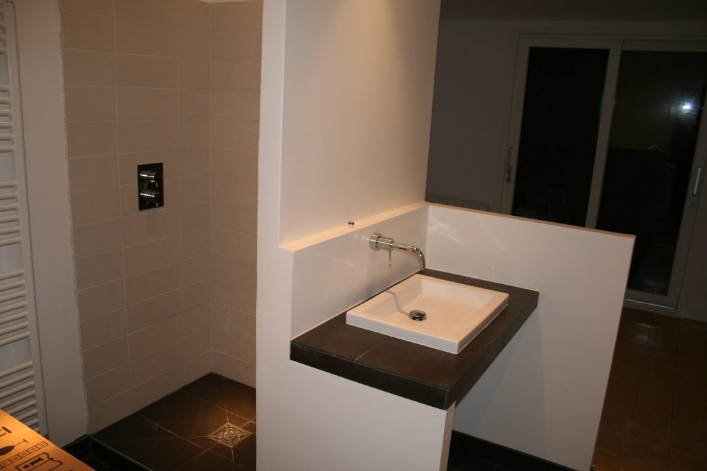 Salle d'eau avec robinetterie encastrée