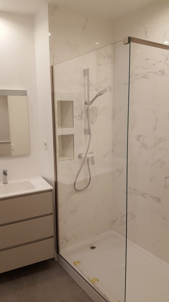 Salle d'eau avec meuble-vasque et douche